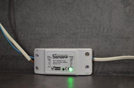 Le Sonoff Basic possède un LED d'état ainsi qu'un bouton de marche forcée
