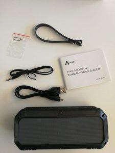 L'enceinte est livrée avec un manuel, un câble USB-microUSB, un câble minikack 3,5mm et une lanière
