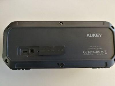 Au dos de l'enceinte : prise micro-USB et prise mini-jack 3,5mm