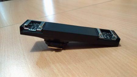 Avec sa connectique, ce support double griffe permet de commander deux flashs