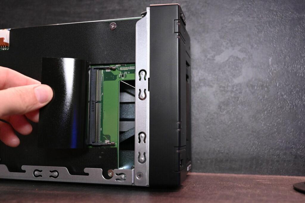 Un slot de RAM libre permet d'augmenter les capacités du Lockerstor 2
